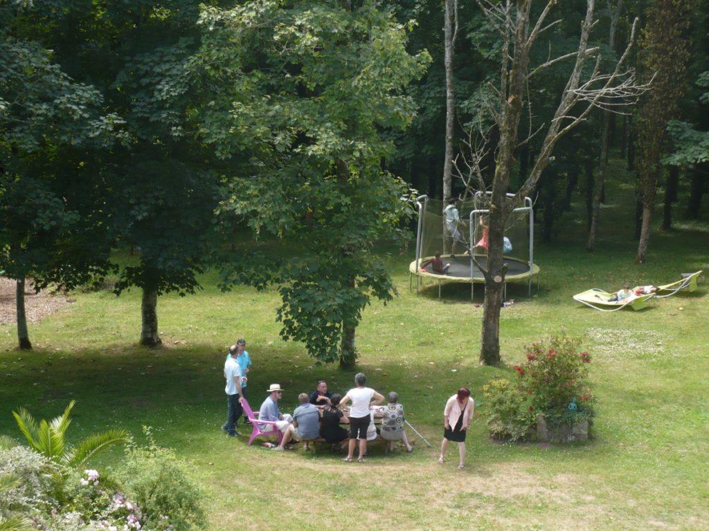 Latitude Ouest banquet-cocktail-parc-table-pique-nique-trampoline