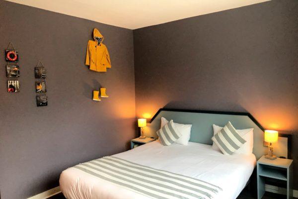 Hôtel Latitude chambre-atlantique-retour-de-peche-tete-lit-cire