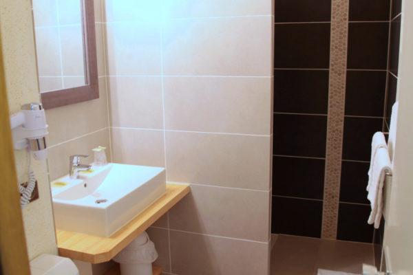 chambre-atlantique-rivages-salle-de-douche-et-toilettes-vertical