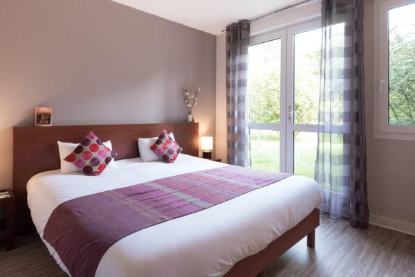 chambre-orient-couleurs-indiennes-baie-vitree-hortensias-en-fleurs-