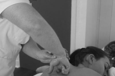 Latitude Ouest espace-detente-zen-massages-ayurvedique-vertical-noir-et-blanc