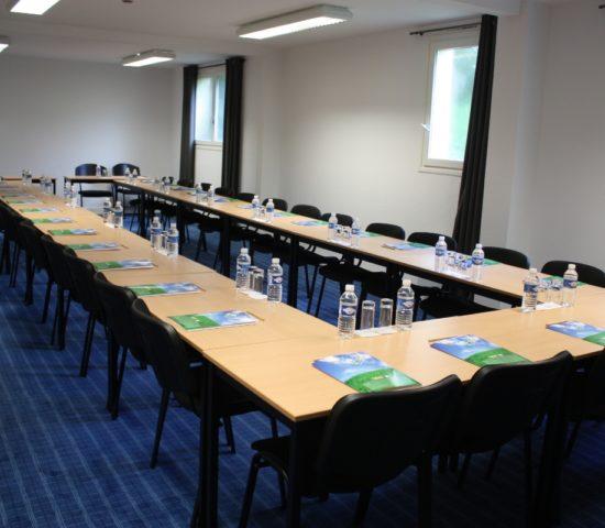 seminaire Latitude Ouest -salle-nature-dressee-28-personnes-depuis-entree