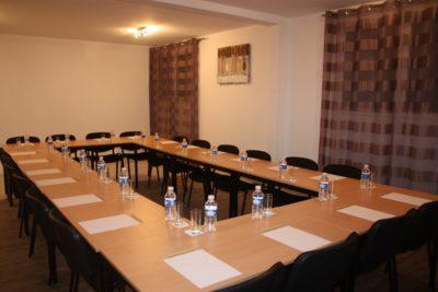 seminaire Latitude Ouest -salle-quai-17-dressee-carree-20-personnes