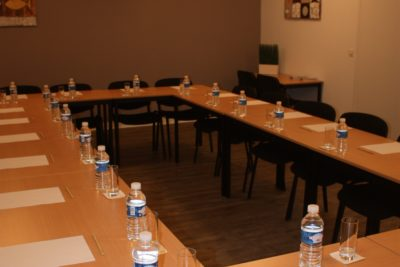 seminaire à l'hôtel restaurant Latitude Ouest-salle-quai-17-dressee-cercle-cote-couloir