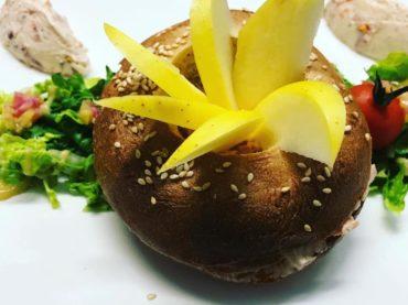 restaurant-entree-bagels-de-fromage-frais-et-tomates-confites